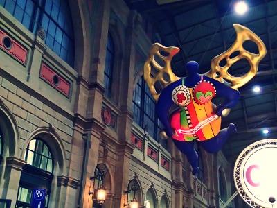 チューリッヒ中央駅に浮かぶ天使