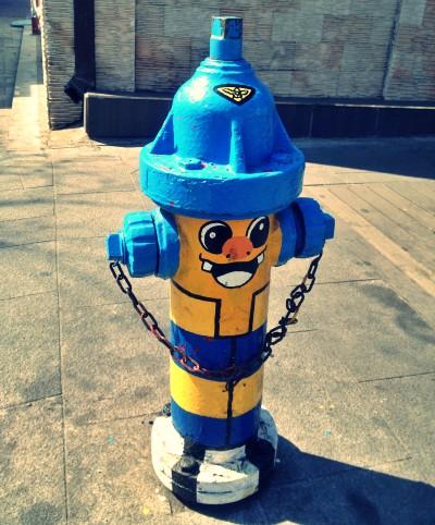 ソウルのまちなかで見かけた黄色い顔に青い帽子をあしらった消火栓
