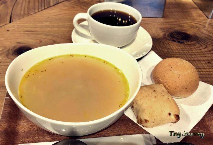 朝食のスープとパンと珈琲