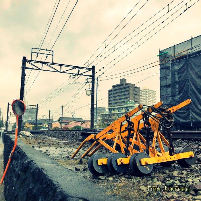 むき出しの線路と大型の工具