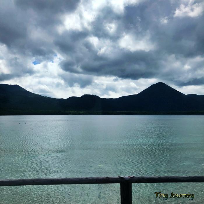 バス車内から見える宇曽利湖