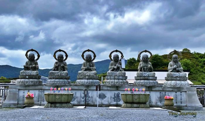 恐山の入口前に居る6体の仏像