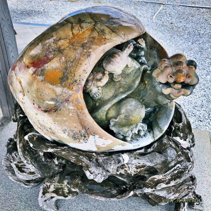 年季の入った木の台に載った亀の像