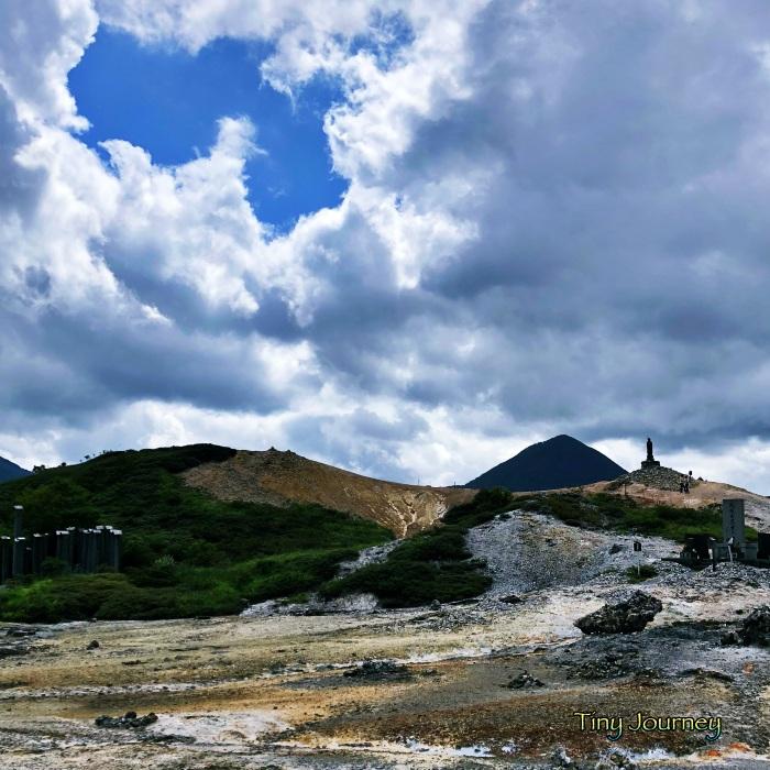 山に囲まれた荒涼とした風景