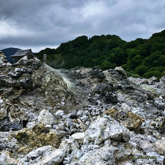 火山岩が埋め尽くす道