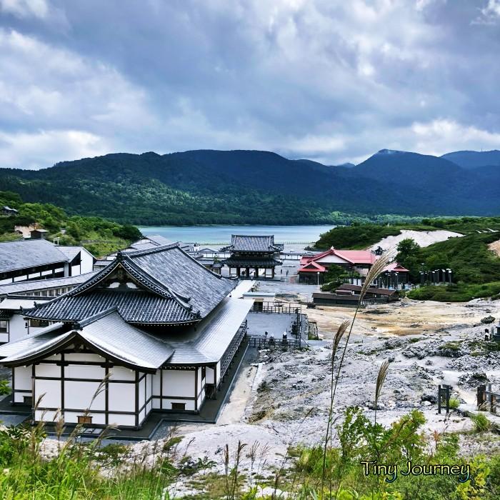 高い位置から見た菩提寺と向こうに見える宇曽利湖