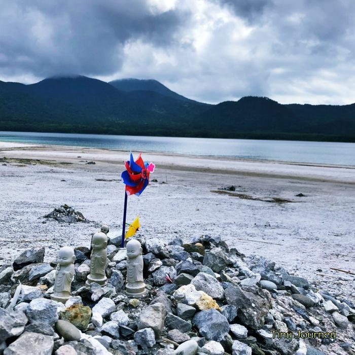 宇曽利湖畔の極楽浜に供えられた風車