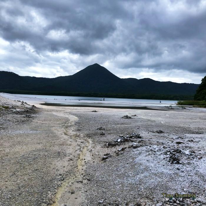 宇曽利湖へ向かって流れていく黄色い物質を含む水の流れ