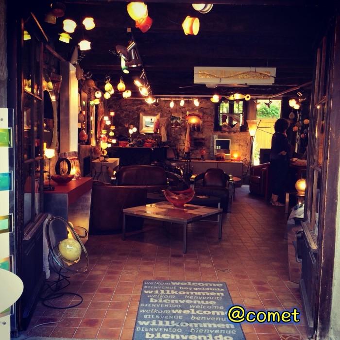 ランプの明かりが灯るカフェ
