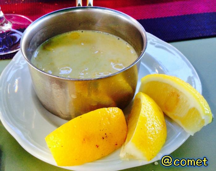レモンが添えられた魚料理のソース