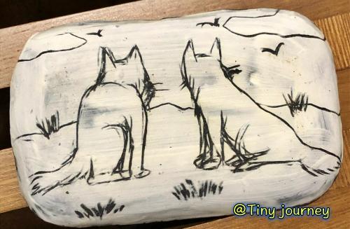 狼の後ろ姿が描かれた豆皿の裏側