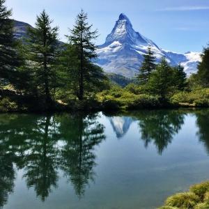 スイス・ツェルマトのマッターホルンと湖に映る山と樹木