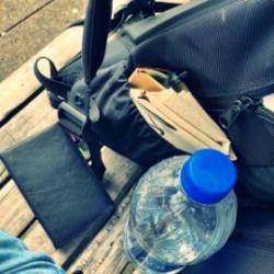 愛用のバックパックに詰めたペンと手帳と水のペットボトル
