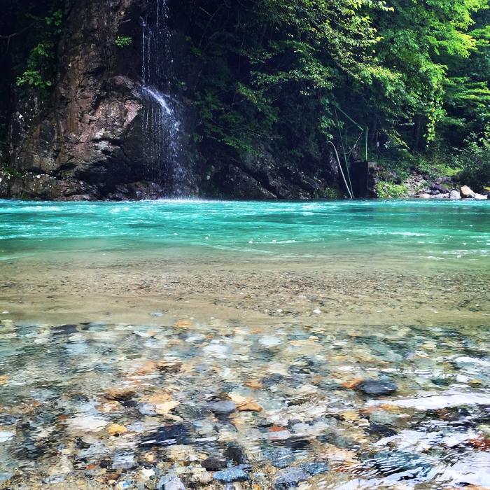 青緑色に透き通る川の水