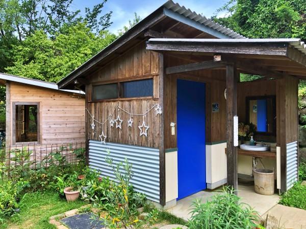 青いドアのお手洗い