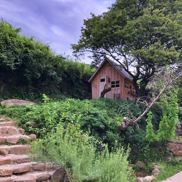 木陰に建てられた個室の小屋
