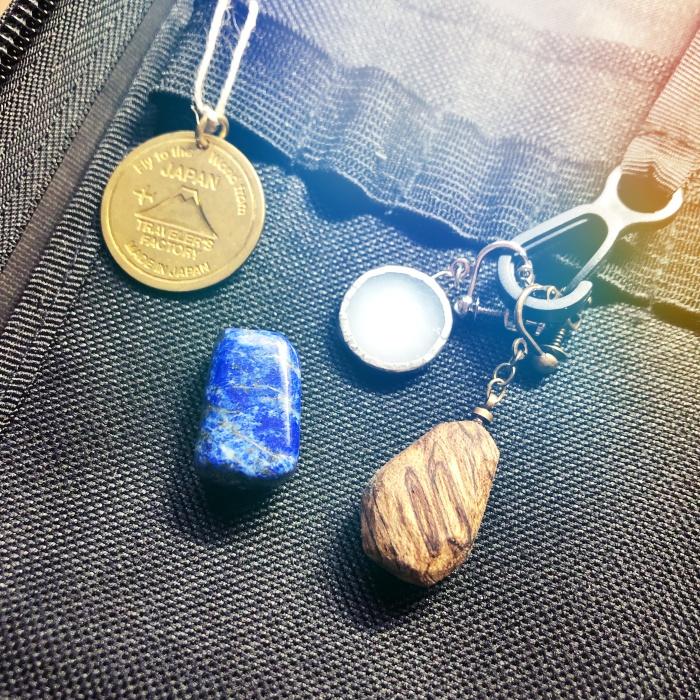 ラピスラズリと、木材とガラスのイヤリング、富士山ロゴの真鍮タグ