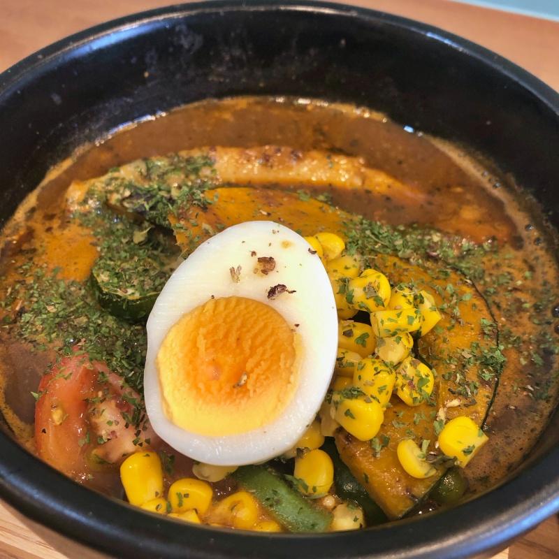 ゴロゴロ野菜とボリューミーなトロトロ豚角煮が入ったスープカレー