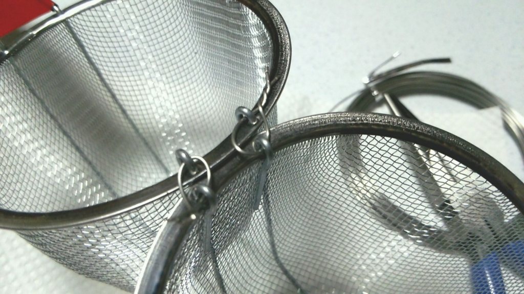百均のザルをステンレス針金で固定