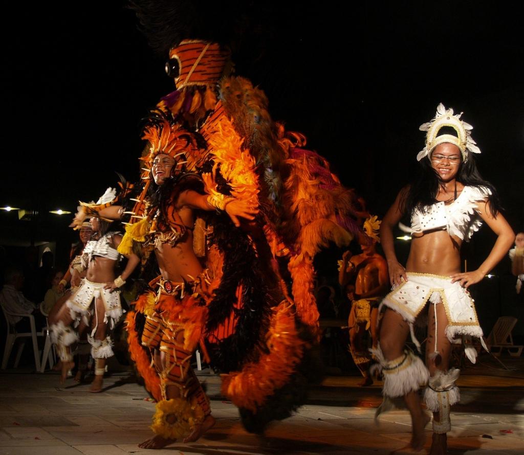 タンガ(ふんどし)を履いてカーニバルに参加する女性