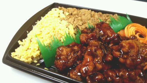 セブンイレブン『ピリ辛チキン&鶏そぼろ弁当』