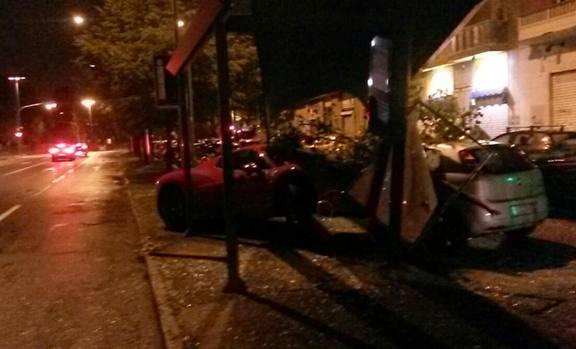 画像:バス停に突っ込んだカセレス選手の赤いフェラーリ