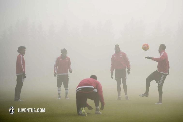 """画像:怪我の元凶と揶揄される""""ビノーボの霧""""の中で調整する選手たち"""
