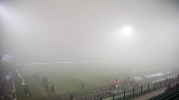 画像:霧に覆われたサッスオーロの本拠地:マペイ・スタジアム