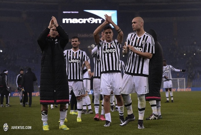 画像:準々決勝ラツィオ戦後に勝利を報告する選手たち
