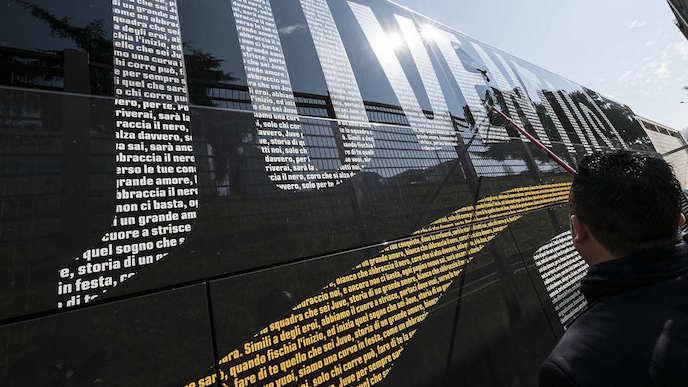 画像:襲撃されたユベントスのチームバス(外観)