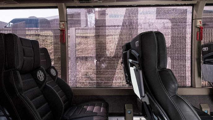 画像:壊された窓ガラス(チームバスの内部より)
