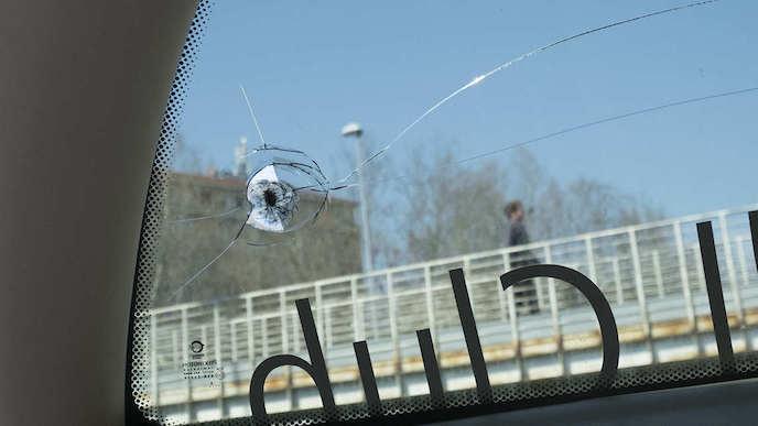 画像:チームバスのフロントガラスも割られた