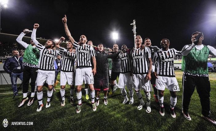 画像:フィオレンティーナ戦の勝利を報告する選手たち