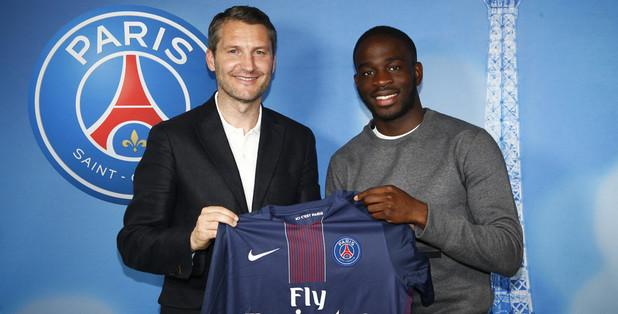 画像:PSGとプロ契約を結んだジョナサン・イコネ(写真:右)