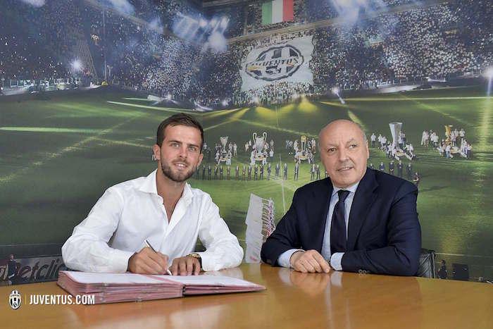 画像:契約書にサインするピアニッチ
