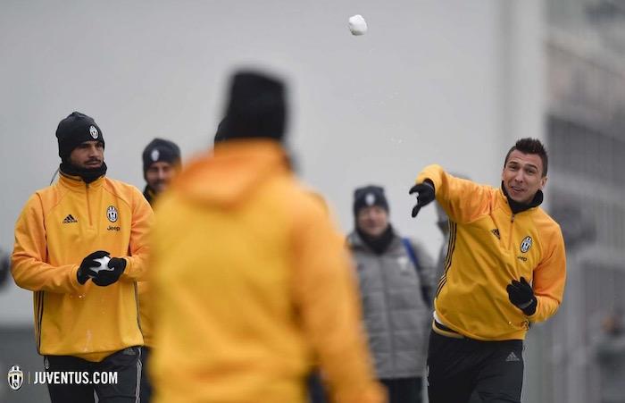 画像:雪球を投げるマンジュキッチ