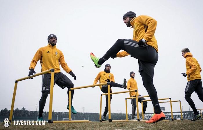 画像:トレーニングを行う選手たち
