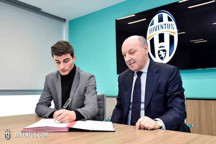 画像:契約書にサインするオルソリーニ