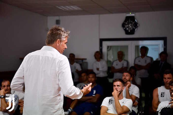 画像:VAR についての講習を受けるユベントスの選手たち
