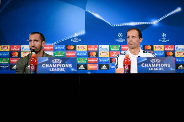 画像:スポルティング戦の前日会見に出席したアッレグリ監督とキエッリーニ選手