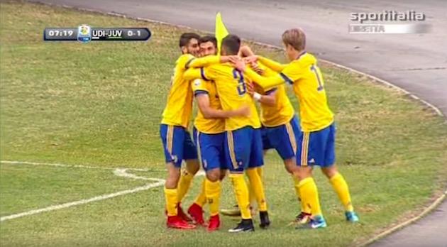画像:先制ゴールを決めたオリビエリを祝福する選手たち