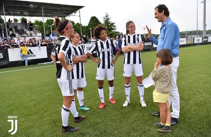 画像:リーグ戦の全日程を終え、エルカン会長と談笑する選手たち