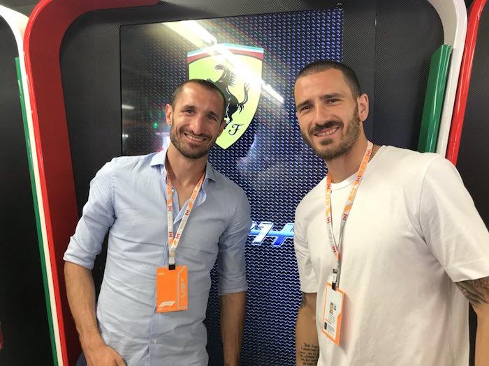 画像:フェラーリのガレージを訪問したキエッリーニとボヌッチ