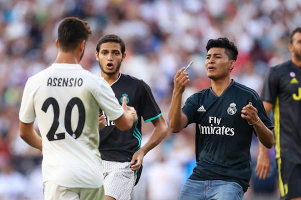 画像:アセンシオのサインを求めて試合中に乱入したマドリディスタ2名