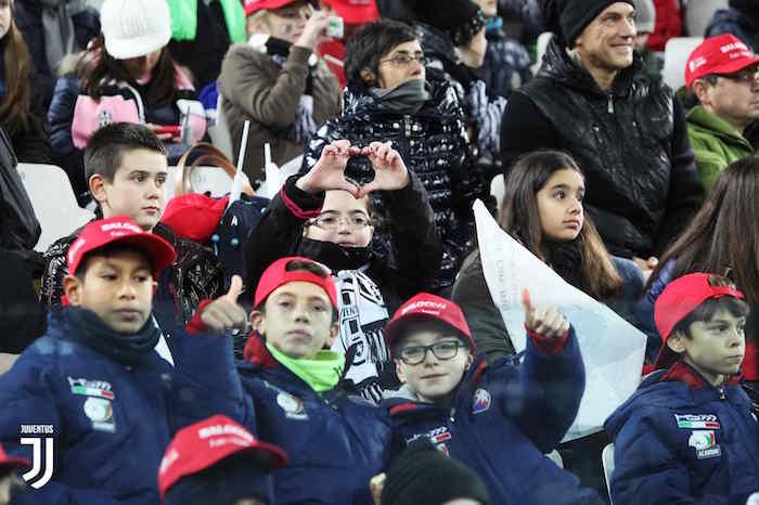 画像:スタジアムに招待された子供たち