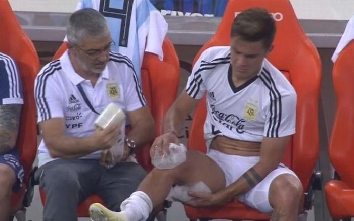 画像:ブラジルとの親善試合で右ひざを冷やすディバラ