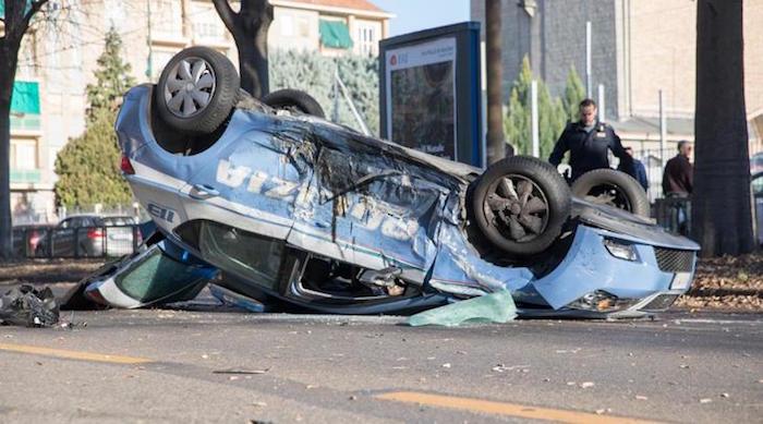 画像:交通事故で横転したパトカー