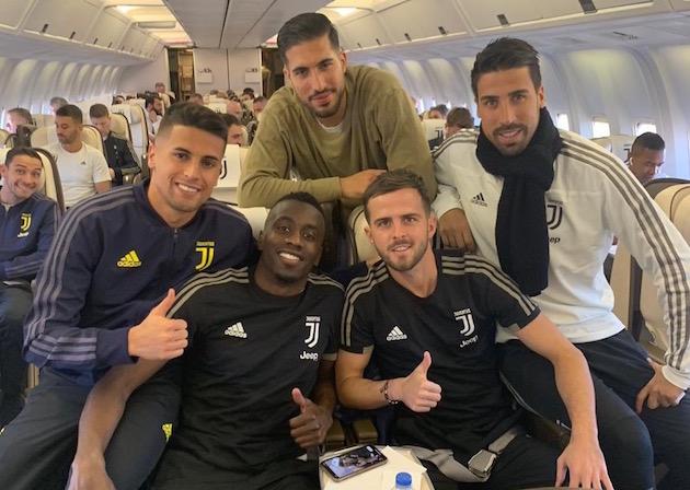 画像:サウジアラビアへの向かう機内の選手たち