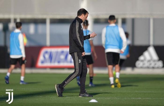 画像:練習を指示するアッレグリ監督
