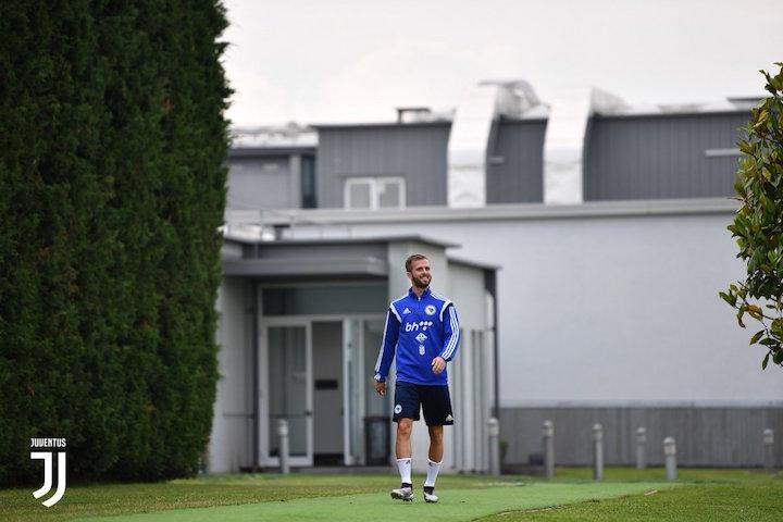 画像:ビノーボでの練習に向かうボスニア・ヘルツェゴビナ代表のピアニッチ